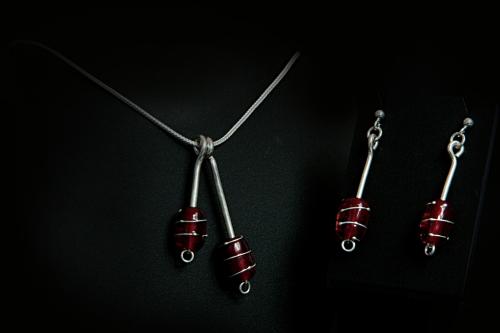 Dbl. perle med sølvtråd, rød